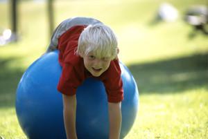 ребенок играет на надувном шаре