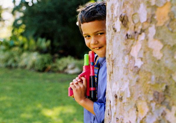 ребенок играет водяной пистолет