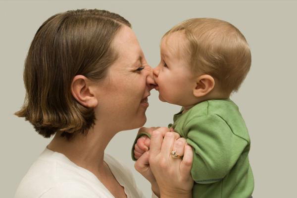 ребенок кусает маму за нос