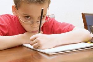 мальчик пишет левой рукой