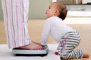 ребенок мама и весы