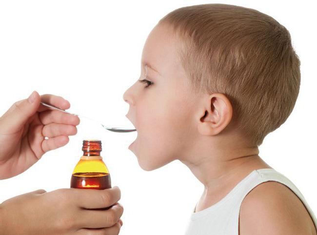 ребенок пьет лекарство от кашля
