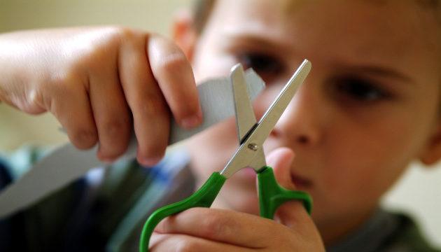 ребенок режет ножницами