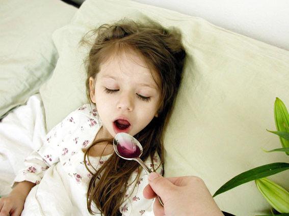 ребенок пьет сироп от кашля