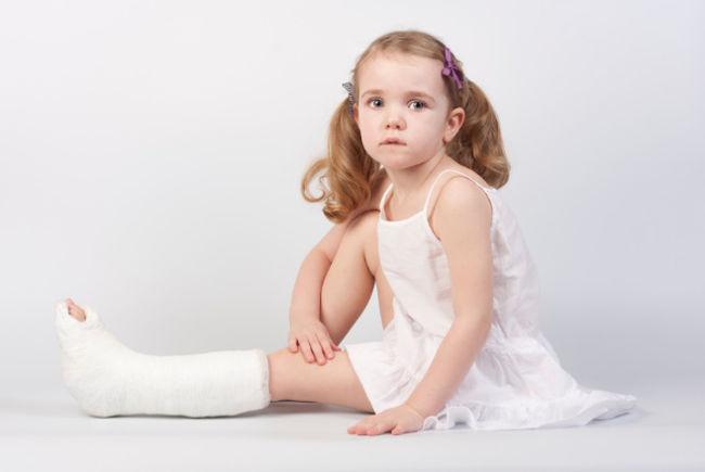 у девочки болит нога